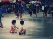 Camera giấu kín - Camera giấu kín: Khi thấy trẻ chơi một mình ở bãi biển