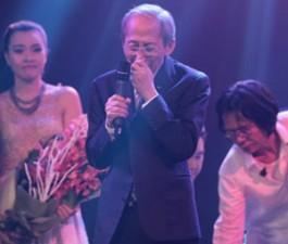 Nhạc sĩ Nguyễn Ánh 9 khóc không ngừng trên sân khấu
