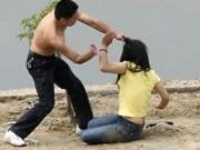 Cảnh giác - Ghen tuông, chồng lột quần áo vợ rồi đẩy ra cổng