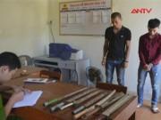 """Video An ninh - Hai thanh niên tàng trữ kho vũ khí """"nóng"""" tại nhà trọ"""