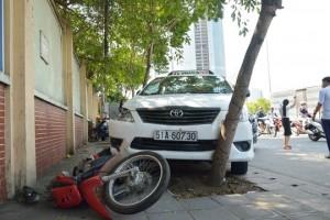 Tin tức trong ngày - Tài xế taxi đột tử sau khi đâm 2 xe máy