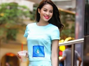 Phạm Hương diện váy ngắn tung tăng trên phố Hà Nội