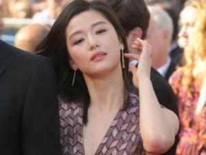 """""""Nữ sát thủ bắn tỉa"""" đẹp kiêu sa trên thảm đỏ Cannes"""