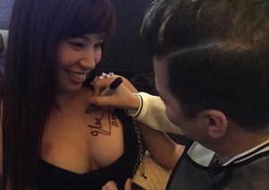 Ca nhạc - MTV - Mr. Đàm ký tên trên ngực fan nữ gây tranh cãi