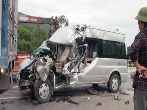 Tin tức Việt Nam - Ô tô 16 chỗ húc xe tải, 1 người chết, 7 người bị thương