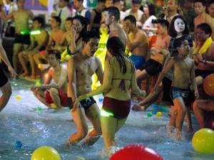 8X + 9X - Tranh cãi cảnh nam nữ chen chúc chơi trong tiệc bikini