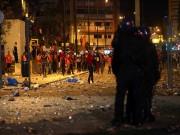 Tin bên lề bóng đá - SỐC: CĐV bị cảnh sát đánh đập ngay trước mặt con nhỏ