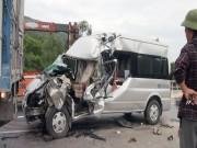 Video An ninh - Xe du lịch húc xe tải, 1 người chết, 8 người bị thương