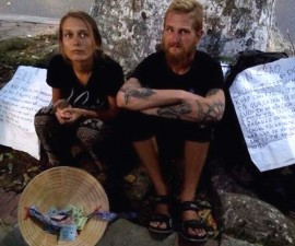 """Tin tức trong ngày - Hai khách tây """"bị cướp"""" tái xuất xin tiền ở Hồ Gươm"""