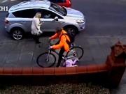 """Thể thao - """"Đua"""" xe đạp trên vỉa hè, đâm vào bé 3 tuổi"""