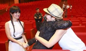 Ca nhạc - MTV - Khánh Ly xúc động ôm Hồng Nhung, Mỹ Linh