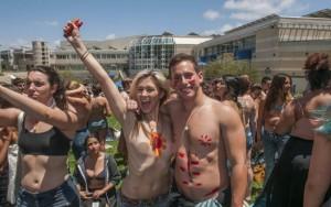 8X + 9X - Sinh viên Mỹ biểu tình đòi để ngực trần
