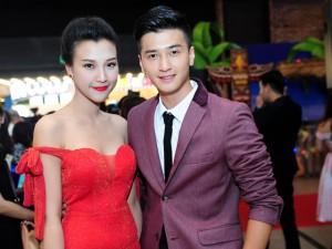 Bạn gái Huỳnh Anh khoe vai trần nuột nà