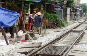 Tin tức trong ngày - Mải nói chuyện sát đường ray, 2 người bị tàu tông chết