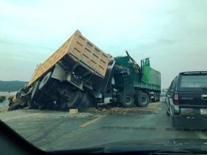 Tin tức trong ngày - Hai xe tải đâm nhau, 4 người thương vong