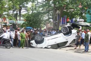 Tin tức Việt Nam - Xế hộp đâm gãy cột điện rồi nằm ngửa trên phố