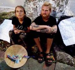 """Tin tức trong ngày - """"Mất vết"""" hai vị khách tây ngả nón xin tiền ở Hà Nội"""