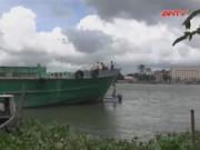 Video An ninh - Sà lan đâm tàu chở đá, 3 mẹ con tử vong