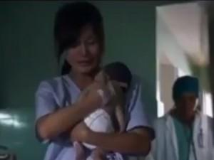Bạn trẻ - Cuộc sống - Kỳ diệu: Em bé hồi sinh nhờ cái ôm của mẹ
