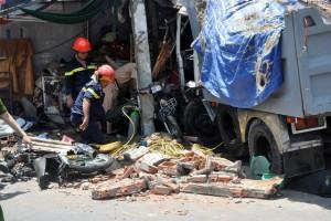 Tin tức Việt Nam - Xe ben ủi sập nhà, 2 người chết: Tài xế cố lao xe lên lề