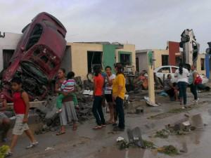 Thế giới - Mexico: Vòi rồng cuốn ô tô lên nóc nhà, 13 người chết