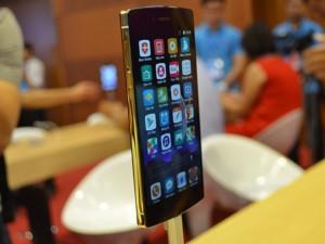 Cận cảnh chiếc Bphone mạ vàng 24K, giá 20,2 triệu đồng