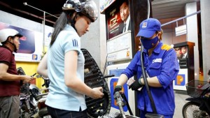 Thị trường - Tiêu dùng - Những câu hỏi quanh việc điều hành giá xăng dầu