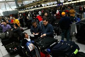 Tin tức trong ngày - Đề xuất khám người nhân viên bốc xếp hành lý sân bay