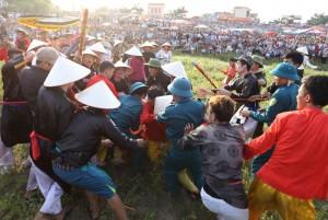 Tin tức trong ngày - Chen nhau cướp chiếu cầu may ở hội Gióng Phù Đổng