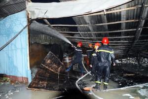 Tin tức Việt Nam - TP.HCM: Cháy nổ dữ dội kho chứa cồn ngay sát chợ