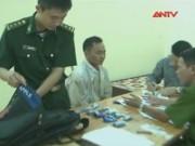 Video An ninh - Gặp công an, vứt luôn xe cùng 5.600 viên ma túy