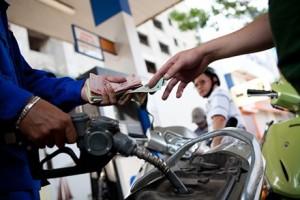 """Thị trường - Tiêu dùng - Tránh điều  hành giá xăng  dầu """"dồn cục"""""""