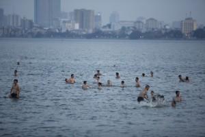 Người Hà Nội đầm mình trên  bãi biển  Hồ Tây giải nhiệt