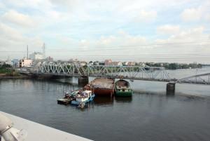 Tin tức Việt Nam - Sà lan kẹt cứng dưới cầu qua sông Sài Gòn
