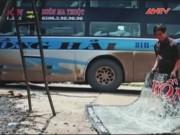 Video An ninh - Ném đá vào xe khách, bé 23 tháng tuổi suýt hỏng mắt