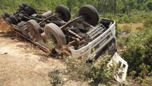 Tin tức trong ngày - Xe lật xuống hố, đập cabin giải cứu tài xế và phụ xe