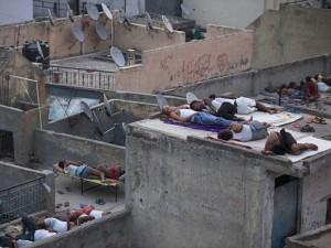 """Thế giới - Dân Ấn Độ uống nước hành chống nắng nóng """"sát thủ"""""""