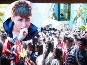 Ca nhạc - MTV - Fan đội nắng dầm mưa từ 3h sáng vì Sơn Tùng