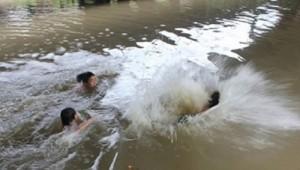 Tin tức trong ngày - 5 nam sinh rủ nhau tắm biển, 2 em chết đuối