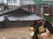 Tin tức Việt Nam - Clip: Giải cứu 3 mẹ con trong ngôi nhà sập do lũ