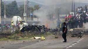 Tin tức trong ngày - Máy bay Mexico rơi xuống xa lộ, 5 người thiệt mạng
