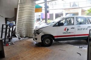 Tin tức trong ngày - Taxi đâm thủng 2 nhà dân trong buổi sát hạch tài xế