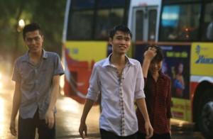 """Tin tức Việt Nam - Ảnh: Người Hà Nội thích thú tắm """"mưa vàng"""""""