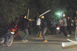 An ninh Xã hội - 50 giang hồ mang súng, kiếm hùng hổ tấn công nhà dân