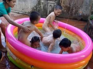 """Thị trường - Tiêu dùng - Nắng nóng, phụ huynh rinh """"bể bơi tận nhà"""" cho con"""