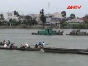 Video An ninh - Sà lan đâm tàu chở đá, 3 mẹ con bị nước cuốn mất tích