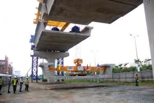 Tin tức trong ngày - TPHCM: Lắp nhịp dầm cầu đầu tiên cho tuyến Metro số 1