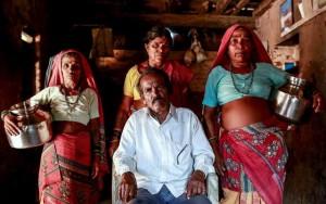 Thế giới - Đàn ông Ấn Độ cưới thêm vợ để xếp hàng gánh nước