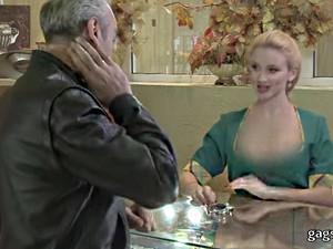"""""""Quên lối về"""" vì cổ áo rộng hoác của cô bán hàng sexy"""