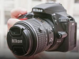 Đánh giá Nikon D5500: Rẻ và nhỏ gọn